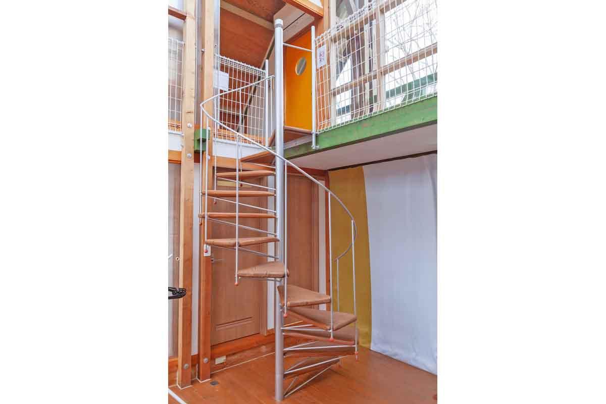 2階寝室へ続く螺旋階段